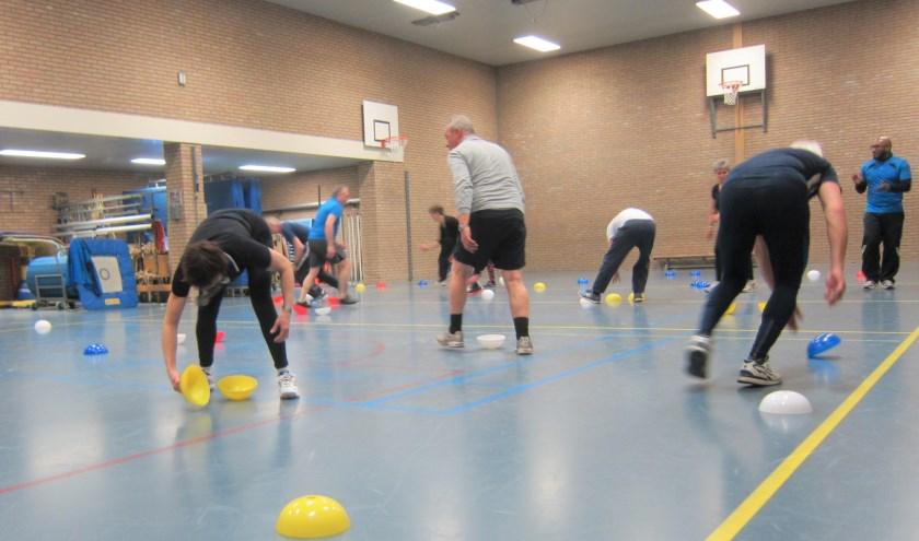 Oefenen in spelvorm tijdens SneeuwFit-training.
