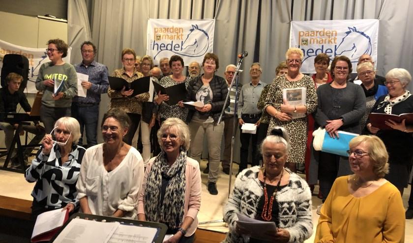Een gelegenheidskoor zorgde voor muziek tijdens de middag. Ze zongen een lied, speciaal geschreven door pastor Ben van Bronkhorst voor de 300e paardenmarkt.
