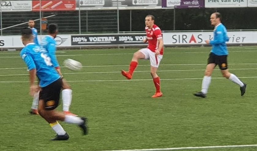 Een spelmoment uit de wedstrijd tussen DOVO en Ter Leede. De wedstrijd op sportpark in Veenendaal eindigde in 1-1. (Foto: Henk Jansen)