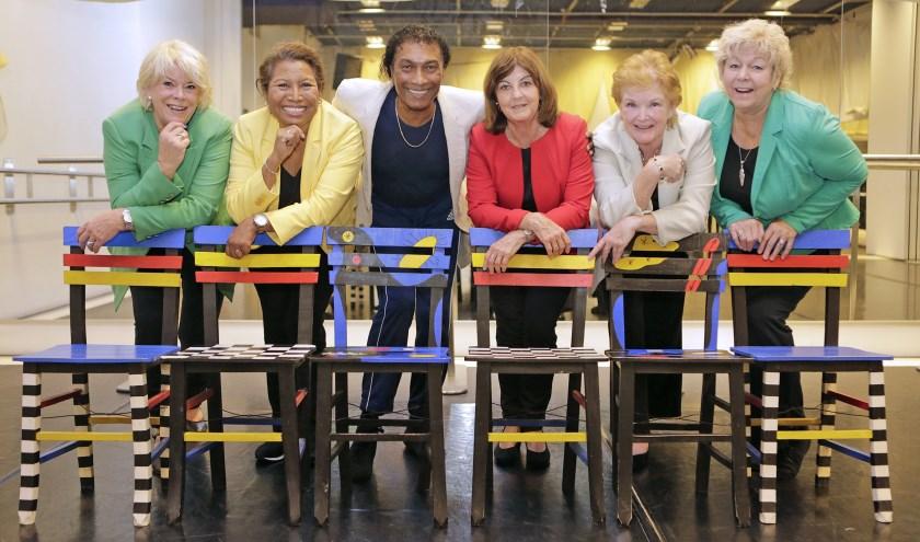 Jenny, Anneke, Ricardo, Marina, Hetty en Margareth kijken uit naar de musical. Foto: Jim Hoogendorp