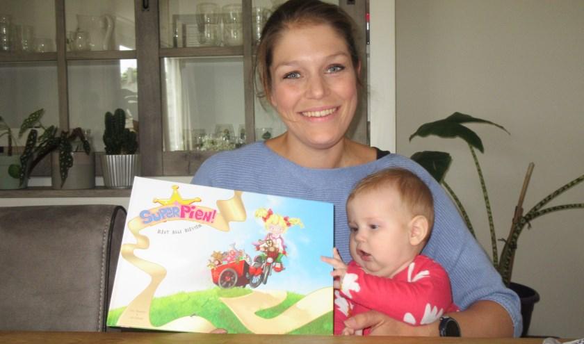 Eline Vermeulen met haar dochter Yente; Vermeulen schreef het kinderboek SuperPien. Tekst en foto: Ria van Vredendaal