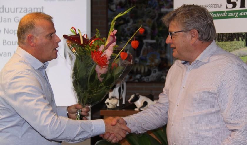 Voorzitter Gert-Jan Gerrits dankt Martin van Bredero voor zijn hulp.