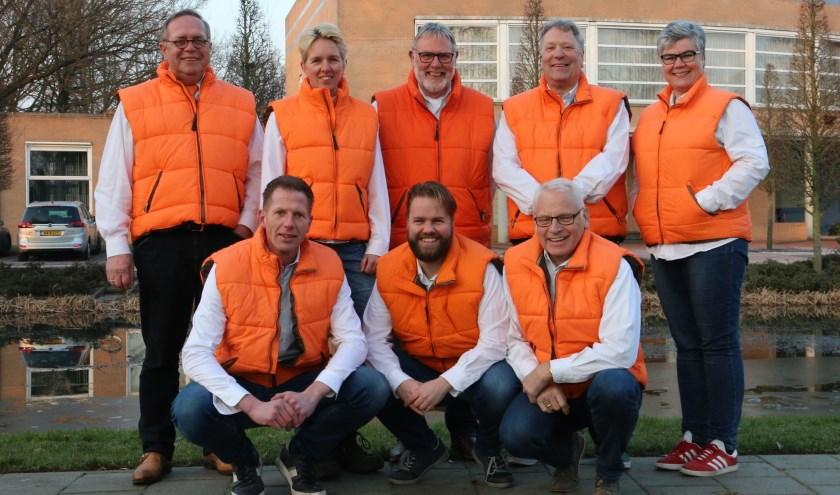 Het bestuur van Oranjevereniging Wierden: Gerhard Nijmeijer, Tineke Post, Jan Braamhaar, Jan Bosch en Ellen Maat. (Foto: Henk Steen)Gehurkt: Rick Schutten, Remko Jannink en Wim Albersen. (Foto: Henk Steen)
