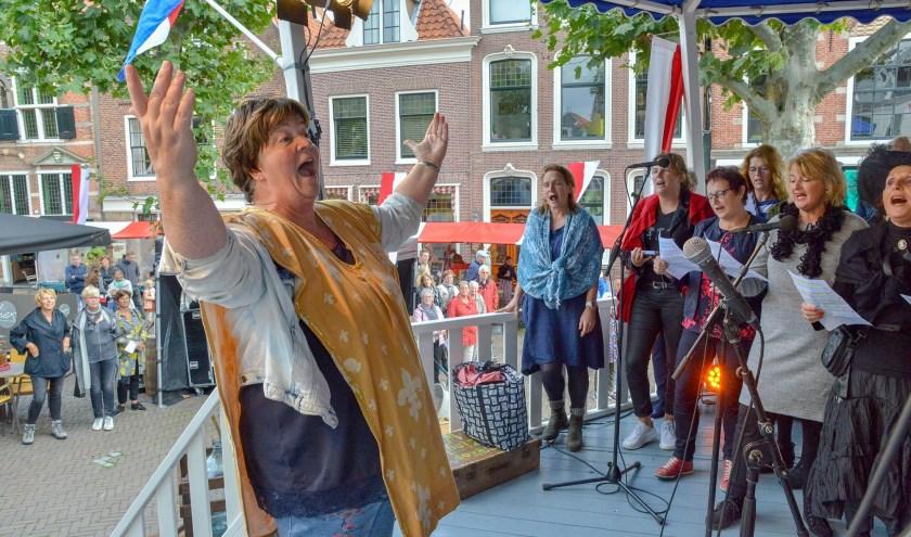Onder bezielende leiding van dirigente Monique van den Hoogen zal het Middenkoor zich op de kerst voorbereiden. Iedereen die van zingen houdt kan meedoen. (Archieffoto Paul van den Dungen)