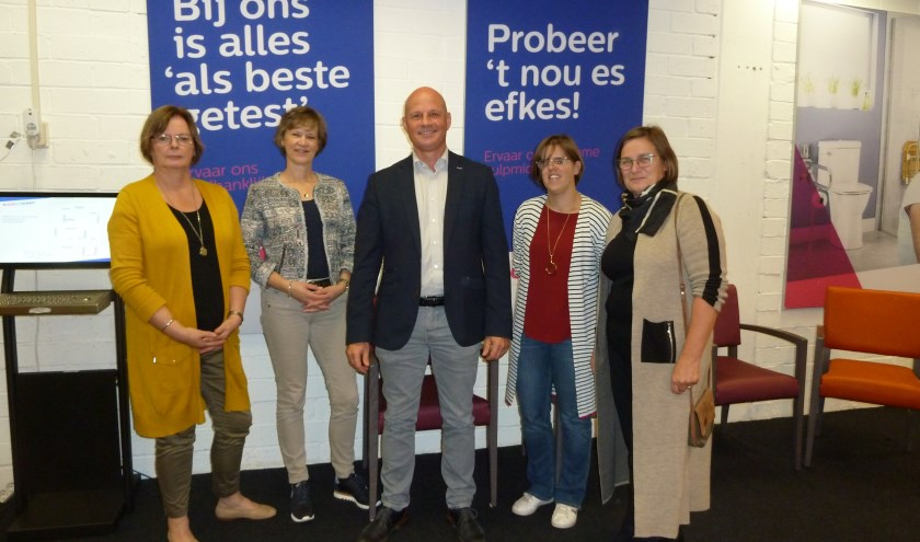 Wethouder Harrie Van Dijk, rechts van hem Maartje Vos, uiterst links Cathy de Jonge. De 2 andere dames zijn betrokken bij de Vooruitkomst.