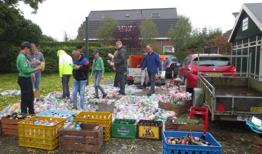 Er werden honderden flessen opgehaald. Eigen foto