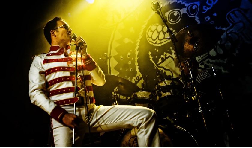 Timothy Drake zet als Freddie Mercury zijn beste beentje voor. Foto: André Schröder