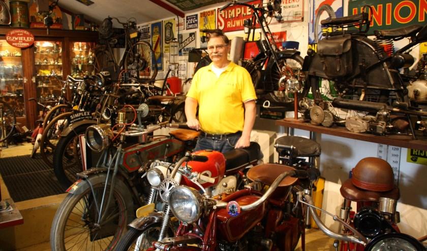 Koos tussen zijn geliefde tweewielers en andere objecten die te maken hebben met fietsen, brom- en motorfietsen. www.stichtingdeoudetweewieler.nl FOTO: Astrid van Walsem
