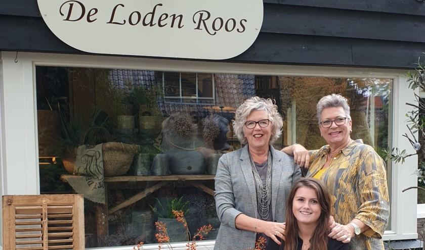 De Loden Roos in Nunspeet bestaat deze maand 15 jaar. Op de foto: Alina Beelen (l.), Sharon Hup (m.), en Jacqueline de Heer. (eigen foto)