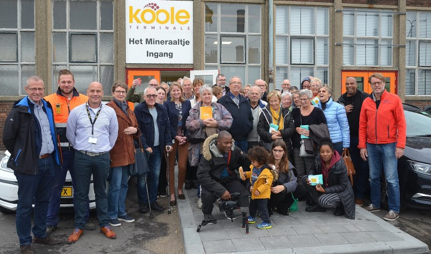 De groep Vlaardingse buren en medewerkers van Koole Tankstorage Minerals na afloop van de excursie (Foto Frans Assenberg).