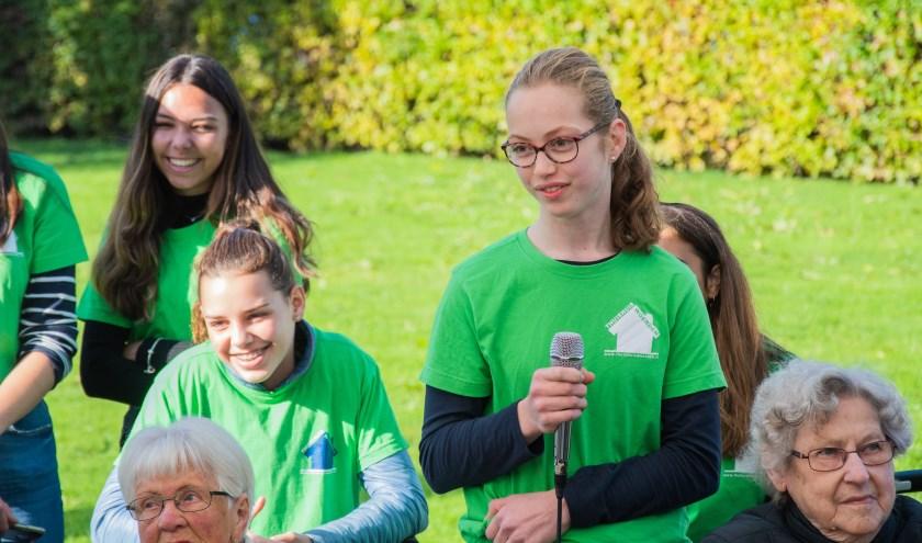 Leerlingen van het Kalsbeek College gaan tijdens hun maatschappelijke stage bij het Thuishuis in gesprek met minister De Jonge.