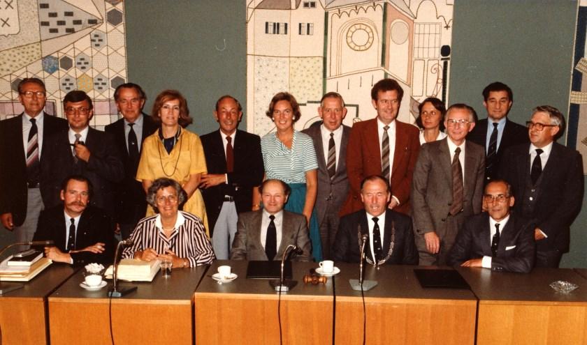 Foto van het Historisch Genootschap uit 1982 met wethouders, burgemeester, gemeentesecretaris, en diverse raadsleden. Mevrouw Kampers was toen wethouder en er staan ook enige vrouwelijke raadsleden op. Mevrouw Ubaghs is later burgemeester in Standdaarbuiten geworden.