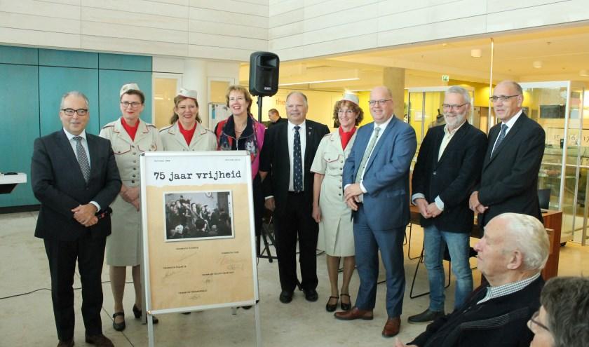 """Bij de opening van de expositie """"75 jaar Vrijheid"""" zetten de burgemeester van Goes en wethouders uit de vijf Bevelandse gemeenten hun handtekening op een board. FOTO: Leon Janssens."""