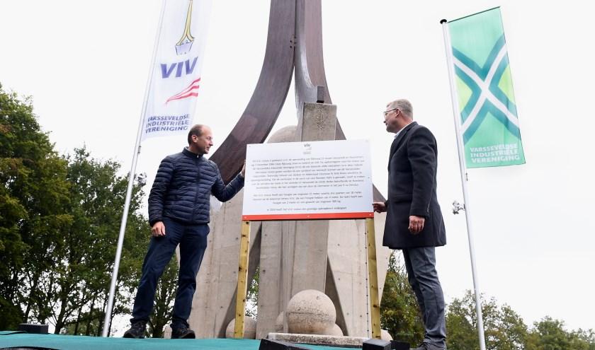 Jan Willem Boezel en Ben Hiddinga tijdens de opening van het monument. (foto: Roel Kleinpenning)