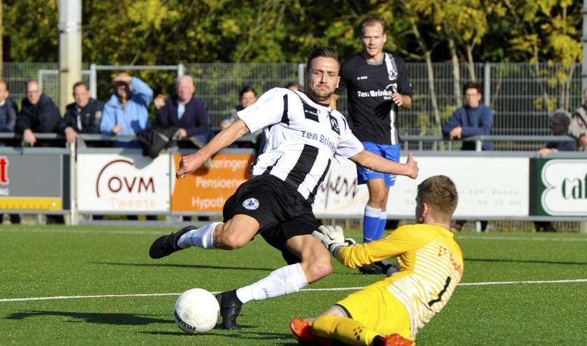 """Wim Oosthoek met een """"bijna-doelpunt"""" tijdens de wedstrijd op 26 oktober. (Foto: Henk Pluimers)."""