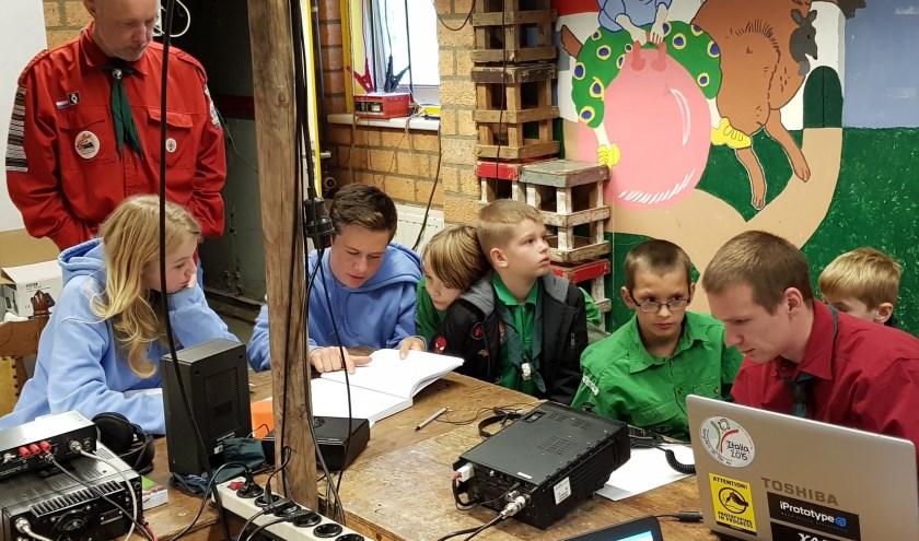 Scouts proberen samen met de zendamateurs contact te krijgen met een andere scoutinggroep.