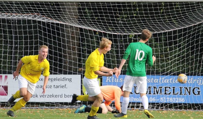 Maarten Wissing scoort de 2-1, broer Thomas (links) is er ook zichtbaar blij mee.