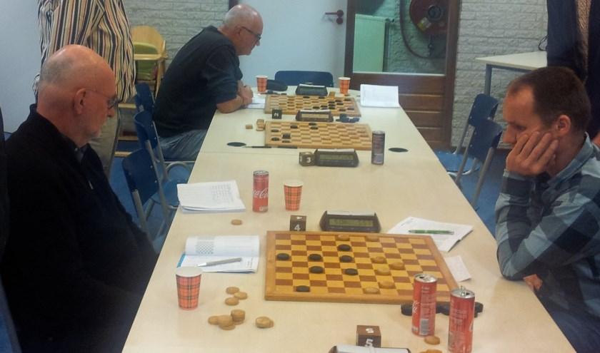 Jan en Wim (links) op zoek naar het winnende punt. De overige wedstrijden zijn al uitgespeeld