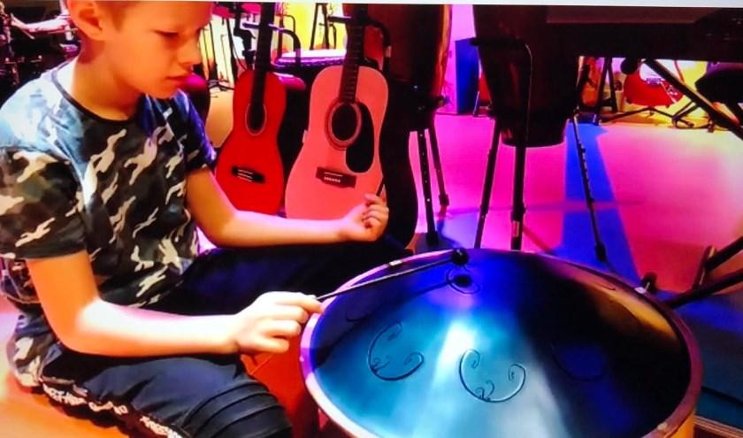Nick is de kleinzoon van John Verbunt en kan zich helemaal uitleven op het drumstel. Zijn zusje Luna heeft meer oog voor de viool, hoe ingewikkeld dat instrument ook is.