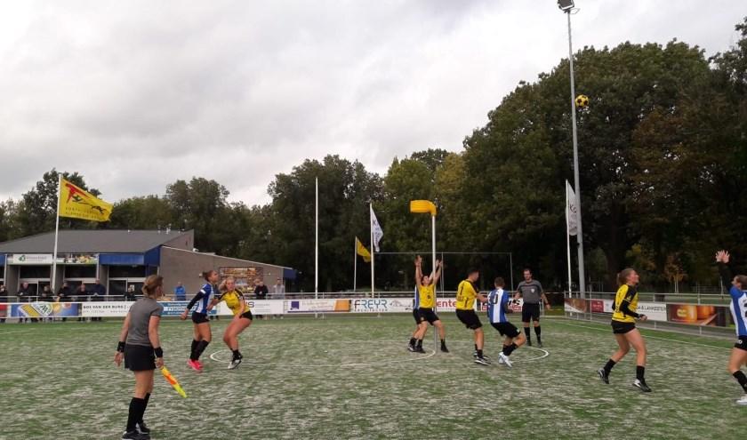 Spelmoment uit het duel Tempo - Wageningen. (foto: Florien van Dee)