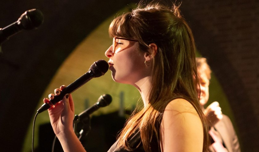 Het jonge jazztalent Anna Serierse komt dinsdag 15 oktober naar Irish Pub Home.