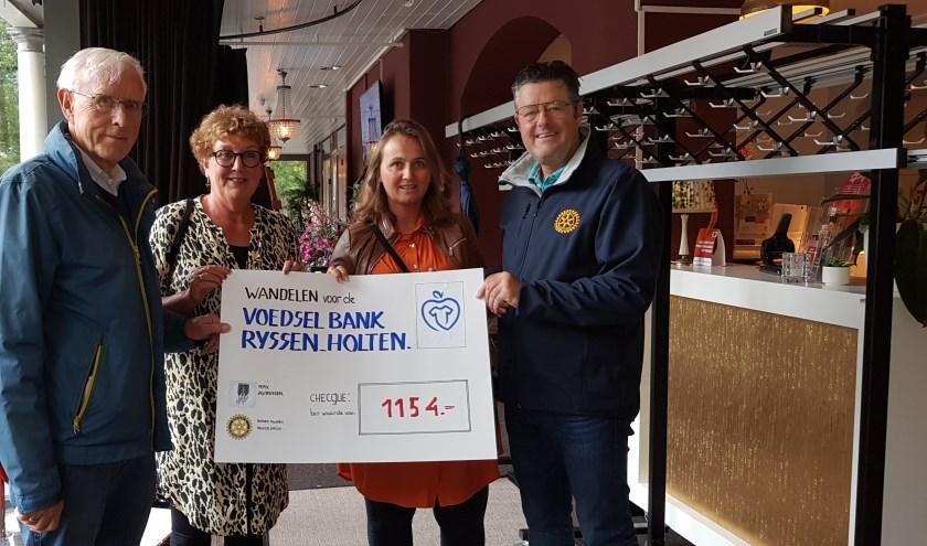 De wandelaars brachten samen met gulle gevers in totaal 1254 euro bij elkaar. (Eigen foto)