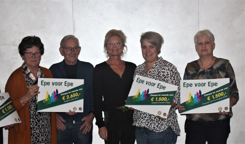 Inner Wheel en Rotary Epe reiken cheques uit aan vijf goede doelen in de gemeente Epe.