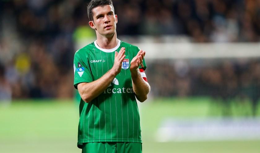 Een teleurgestelde Pelle Clement bedankt het publiek na de 4-0 nederlaag tegen Heracles Almelo van afgelopen zaterdag.