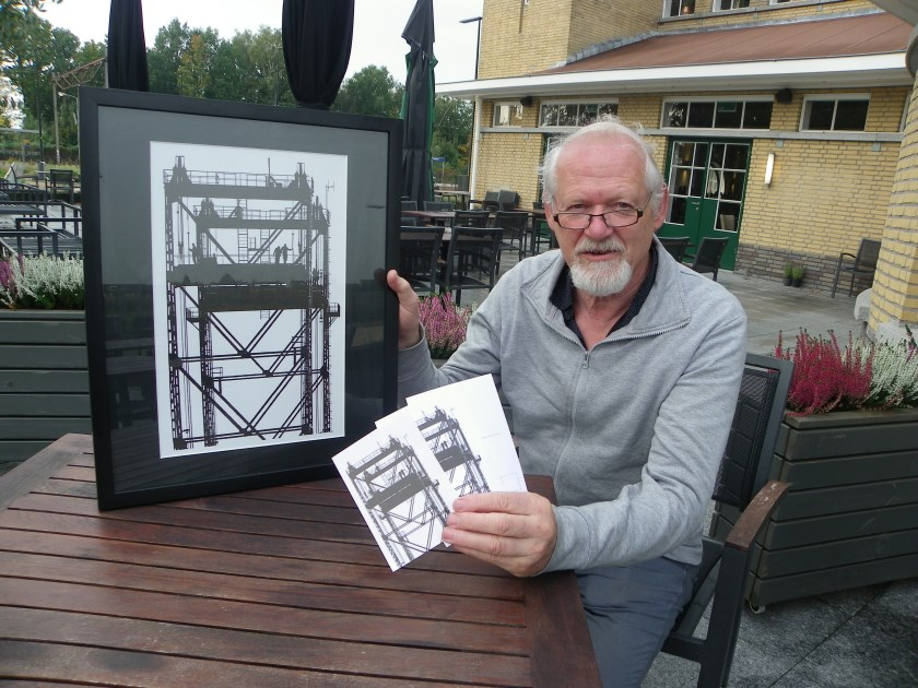 Fotograaf Wim Heuvelman met zijn iconische foto van de Boskoopse hefbrug. De foto is te zien tijdens zijn solo-expositie in het Boomkwekerijmuseum van 31 oktober tot 11 januari.