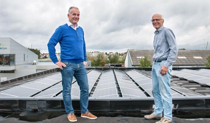 Paul de Baar (l) en Ad Mieras bij het dak waar de zonnepanelen liggen. FOTO: Carrie Frederiks