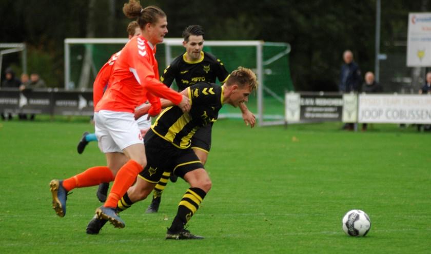 De onverzettelijke Hans Kap (donker shirt) toonde veerkracht maar kon het karwei niet alleen klaren. (foto: gertbudding.nl)