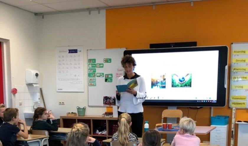 Miranda Scheffer leest voor in groep 5/6 van de Sjaloomschool. (Eigen foto)