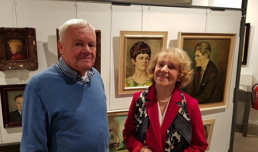 Zoon Jan en dochter Hannie, de kinderen van Piet te Lintum, openden vrijdag de expositie over hun vader in de Wereld van Wenters. (Foto: Han van de Laar)