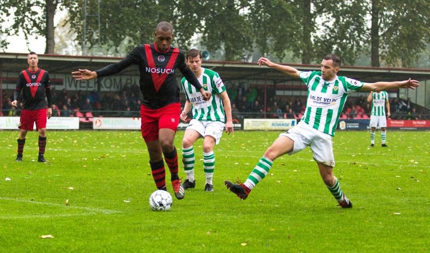 De sterk spelende centrale verdediger Edinho Goodett verdedigt soeverein uit. (Foto: Guillaume Kortekaas)