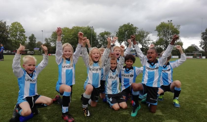 Deze talenten van team JO8-2 van FC Driebergen hebben alle wedstrijden gewonnen tijdens het Gemeente UH Voetbaltoernooi.