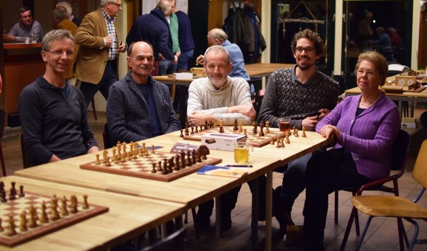 Rien van der Werff, Fred van Goor, Peter Goud, Wouter Grouve en José van der Voort schaken graag bij SV Park Stokhorst..
