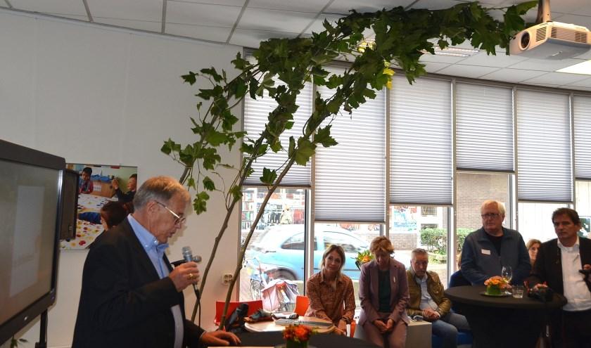 De voorzitter van de nieuwe organisatie Bart Lattink aan het woord. De aan te bieder platanen reiken tot aan de hemel, nou ja, het plafond (Foto Frans Assenberg).
