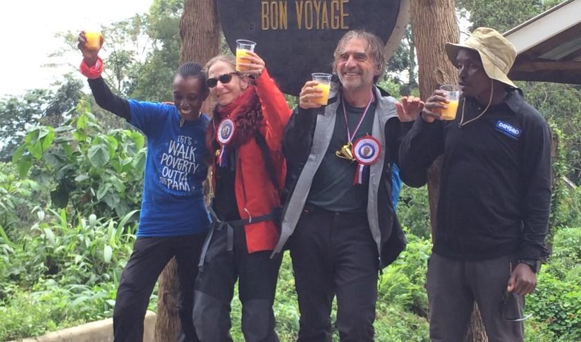 Brigitte en Karel na de beklimming met gidsen Mary Edwara en Michael Shaban.