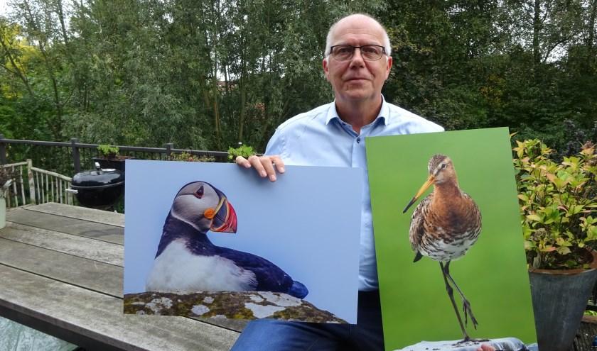 Wim den Besten met twee van zijn werken. (Foto: Eline Lohman)