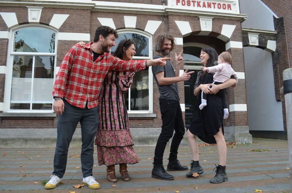 Joris (links) en zijn vriendin wonen sinds september met twee bevriende gezinnen in het bijzondere pand aan de Dorpsstraat.   © DPG Media