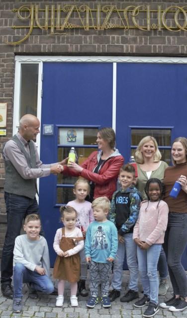 Ouders en kinderen bedankten de medewerkers van PIT (Foto: www.reijnaerde.nl)