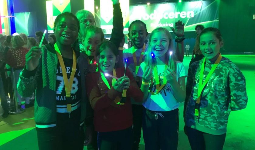 De kinderen van Rooms-Katholieke Basisschool Meester Baars uit IJsselmonde laten vol trots hun zelfgemaakte lichtjes zien.