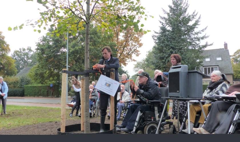 Burgemeester Verhulst heeft samen met bewoners de wens opgehangen voor een voorspoedige groei (foto: Diana Kervel)