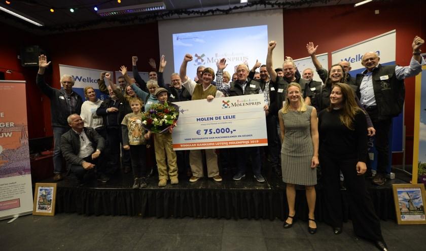 Dolblij met de cheque. Zeker de jonge molenaar Jesse in 't Veld in het midden op de foto: 'Dit is de mooiste dag van m'n leven'.
