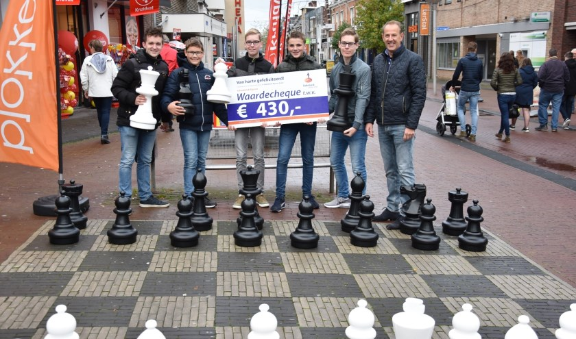 Links jeugdleider Martijn van den Belt, 4e van links Jurian Brinks, geheel rechts dhr. Brinks van de RABO-bank en verder op de foto een aantal jeugdleden van de Schaakclub Rijssen.