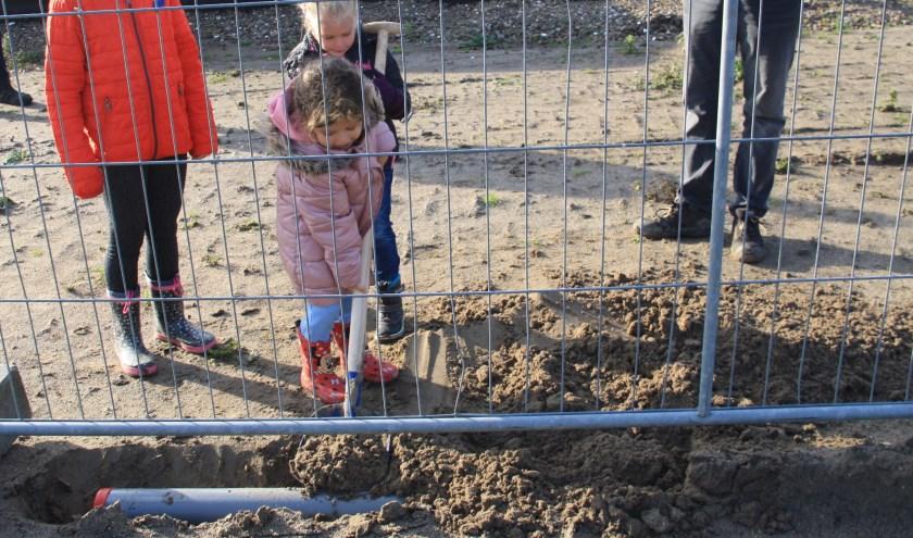 Elif-Mira, Lisa en Celeste begroeven een waterdichte buis met tekeningen. Foto: Rijnvliet Kindcentrum.