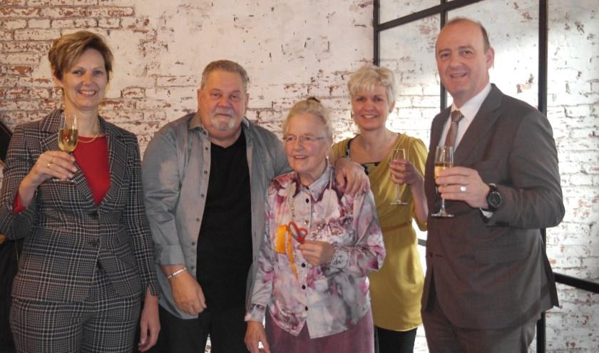 Mevrouw Brouwer en de heer Puts van de clientenraad knipten samen met de wethouder het lintje door, links Erika, midden Marijke.