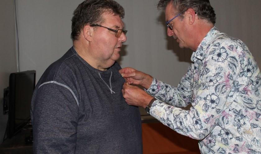 Frans te Pas (l) ontvangt van aftredende vice-voorzitter Marc Sollman de erespeld
