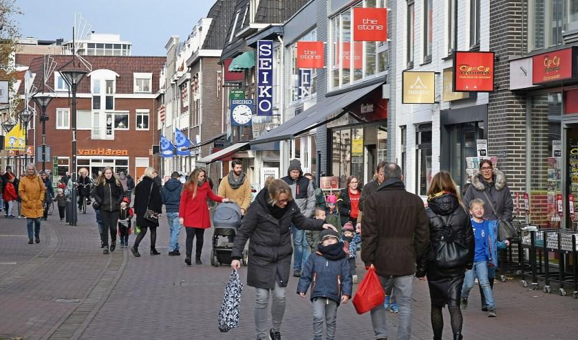 Het winkelend publiek kan, als de gemeentepolitiek dat wil, nog langer in de winkels doorbrengen. (foto: Ab Hendriks).