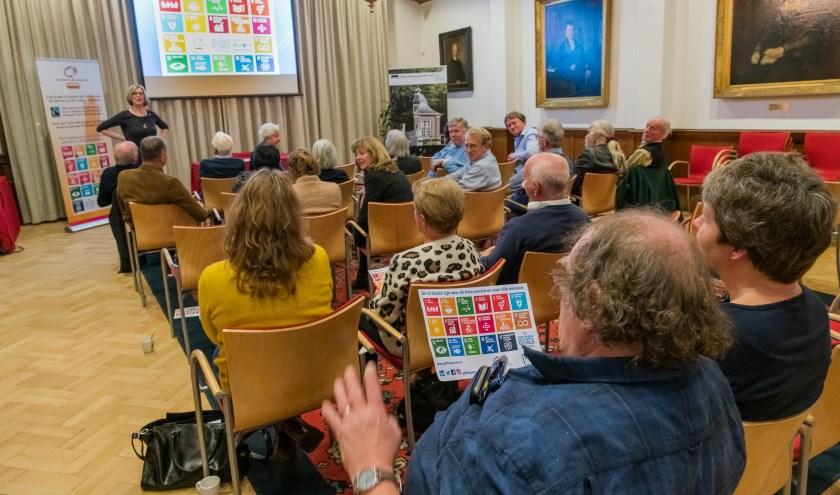Zeist moet aan de Global Goals vindt de Fairtrade werkgroep Zeist Zeist. Afgelopen donderdag was er een lezing van Maartje Aarts in het gemeentehuis. Maartje Aarts was tot voor kort voorzitter van Platform Global Goals Oss. Fairtrade en de Sustainable Development Goals, de ambitieuze duurzame doelst